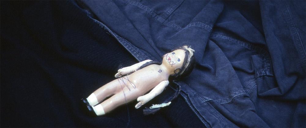 Objeto intervenido previo a la pieza: Tengo tantas suturas que a veces sueño que estoy enferma 1992-1993.