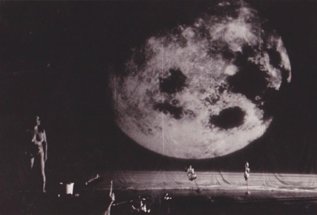 Performance: Primera mujer en la luna 2003